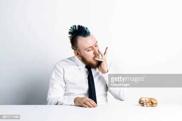 man eating with insatiable appetite - cliqueimages photos et images de collection
