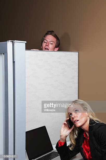 Mann Belauschen über Trennwand Wall