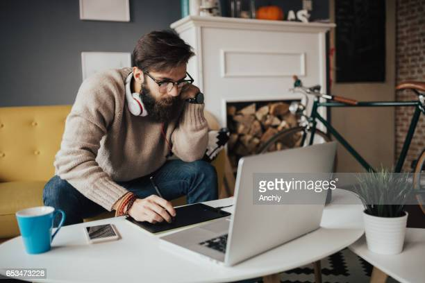 Mann, die Bearbeitung von Bildern auf dem elektronischen Zeichenblock