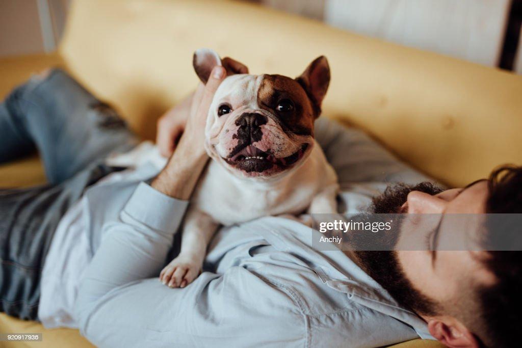 Homem abraçando seu cão : Foto de stock