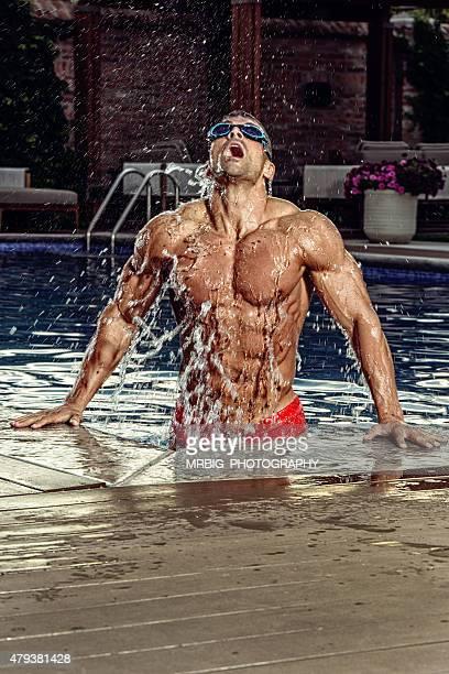 Homme détente de la piscine avec des lunettes