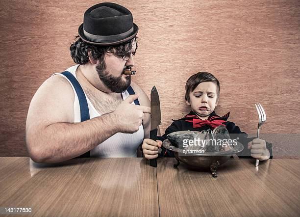 Man fordert junger Segler junge Essen roher Fisch Heads