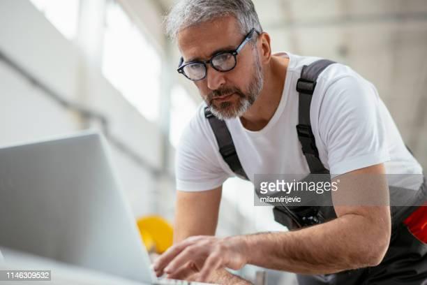 mann. ingenieur. fabrikarbeiter. männlicher ingenieur, der in der fabrik arbeitet. - handwerker stock-fotos und bilder