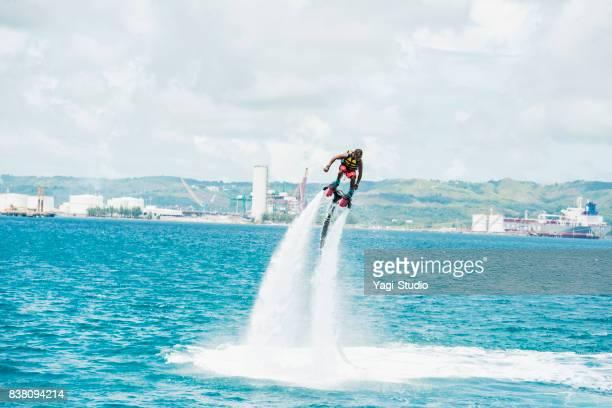 Homme Profitez flyboarding dans la station de guam
