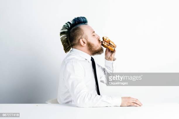man enjoying fast food - cliqueimages photos et images de collection