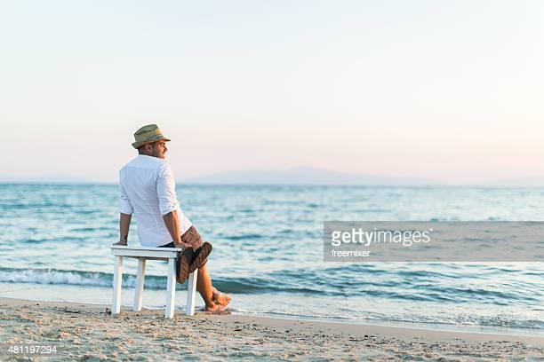 homme en profitant de la brise marine et le soleil - un seul homme photos et images de collection