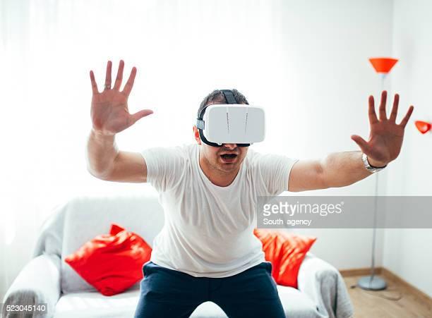 Mann genießt Virtuelle Realität