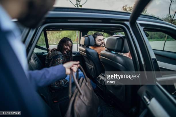 車に入る男 - 入る ストックフォトと画像