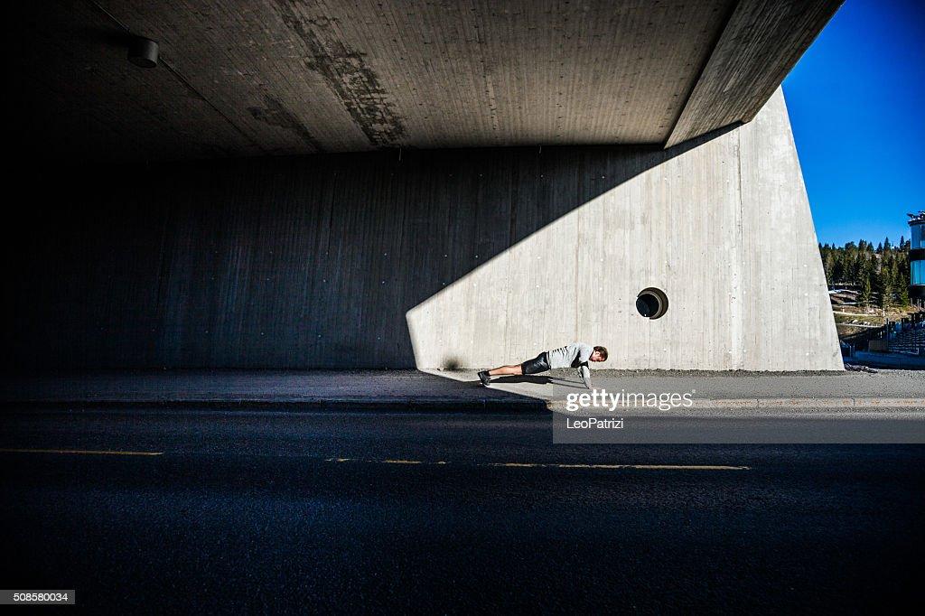 Mann excercising in der Stadt in am frühen Morgen : Stock-Foto