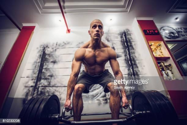 Exercice d'homme avec des poids