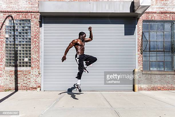 Homme faisant de l'exercice et en sautant dans le Queens, dans l'État de New York Street