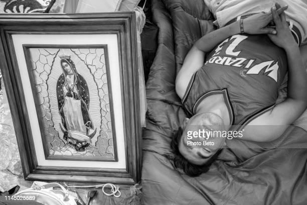 méxico-virgen de guadalupe-blanco y negro - festival de la virgen de guadalupe fotografías e imágenes de stock