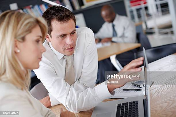 Man explaining business plans to female colleagues on the laptop