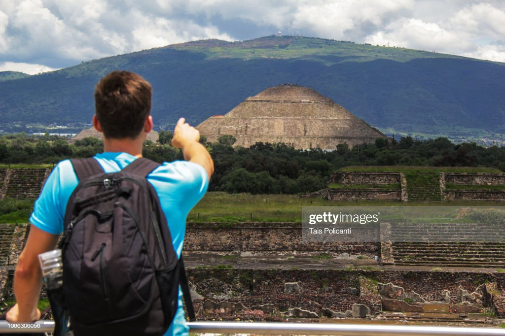 Man exploring and pointing at the Sun Pyramid in the ancient city of Teotihuacanm Mexico. : ストックフォト