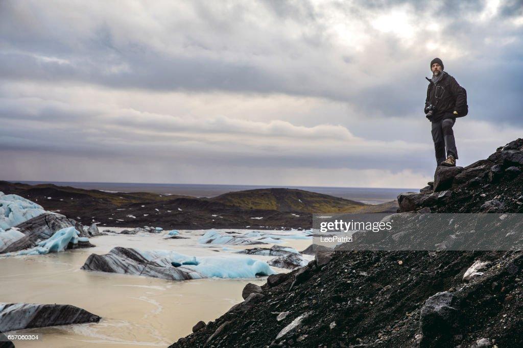 Mann die wilde Gegend und abgelegenen Orten in Island erkunden : Stock-Foto