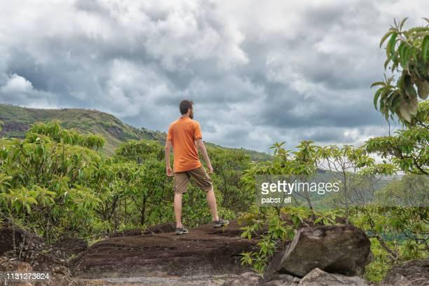 ロッキー地形トレッキングの男探検トレイル - ミナスジェライス州 ストックフォトと画像
