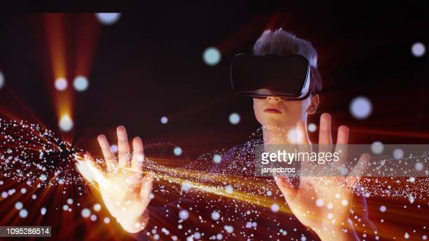 仮想現実を探る男。vr のヘッドセット。宇宙の塵 - 仮想空間の視点 ストックフォトと画像