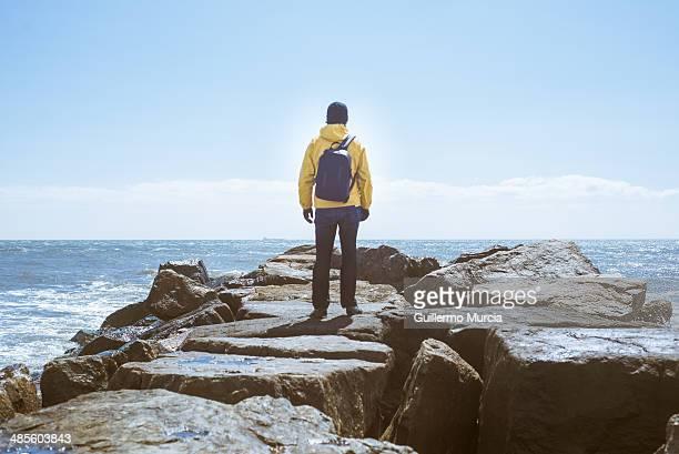 man facing the ocean and horizon - rockaway peninsula photos et images de collection