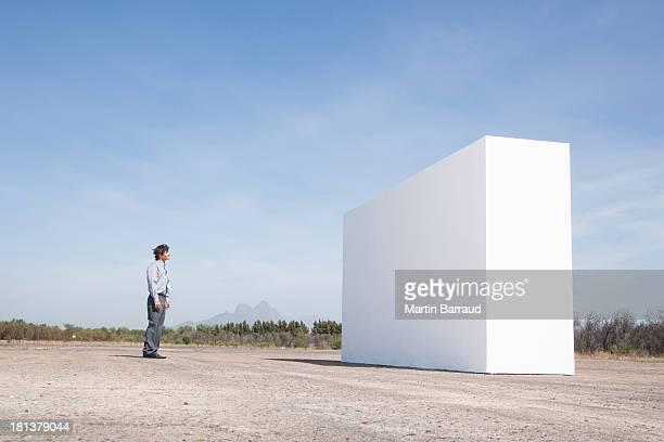 homme en face de mur en plein air - libre de droit photos et images de collection