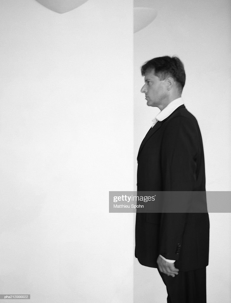 Man facing wall, slightly blurred, b&w. : Stockfoto