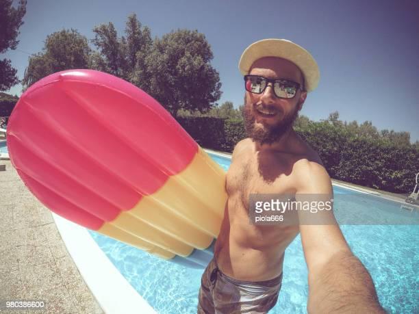 Mann fiel im Swimmingpool mit Luftmatratze