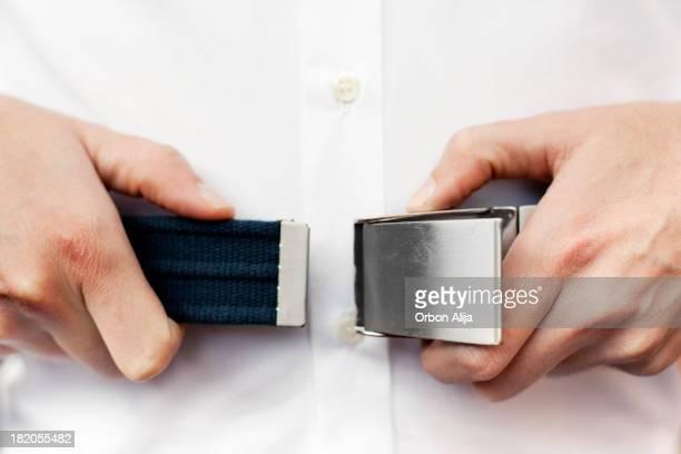 Hombre sujeción cinturón de seguridad en el avión