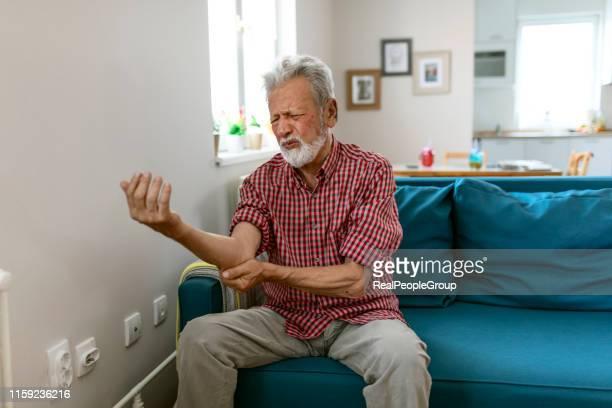肘の痛み、スポーツ傷害、慢性リウマティ、健康上の問題を感じる男性 - 靭帯 ストックフォトと画像
