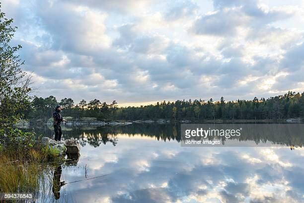 man fishing - dalsland - fotografias e filmes do acervo