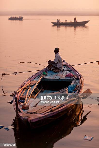 man fishing with rod from boat in ganga - merten snijders stockfoto's en -beelden