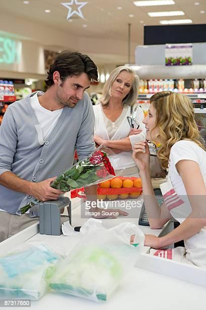 Mann flirten mit sales assistant
