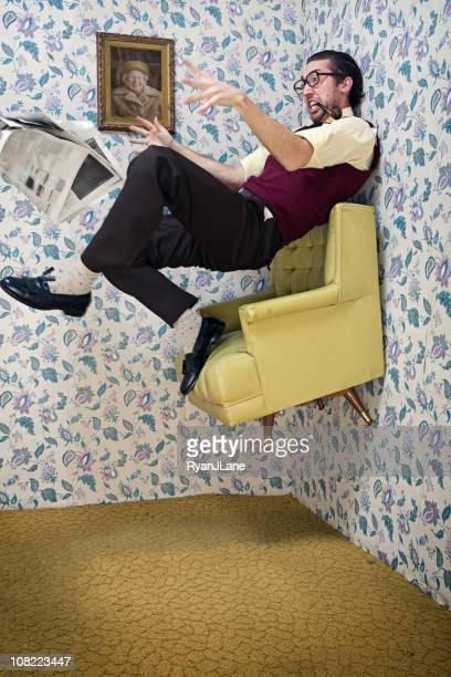 Mann Umzüge nach oben in Vintage Wohnzimmer Stuhl