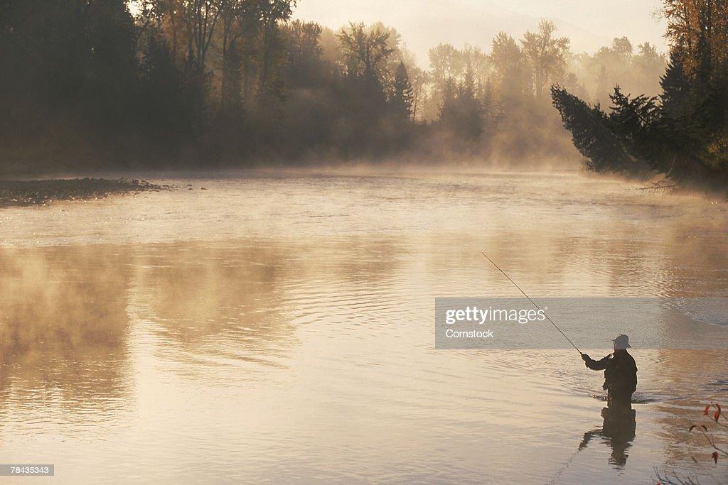 Man fly-fishing in British Columbia , Canada : Stockfoto