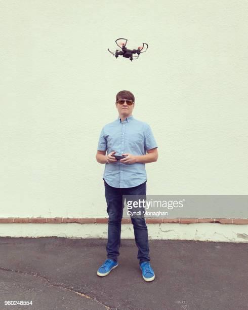 a man flying a drone - drohne stock-fotos und bilder