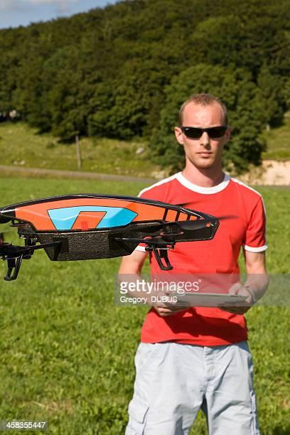 Homem voar um monótona com sua Almofada de Toque