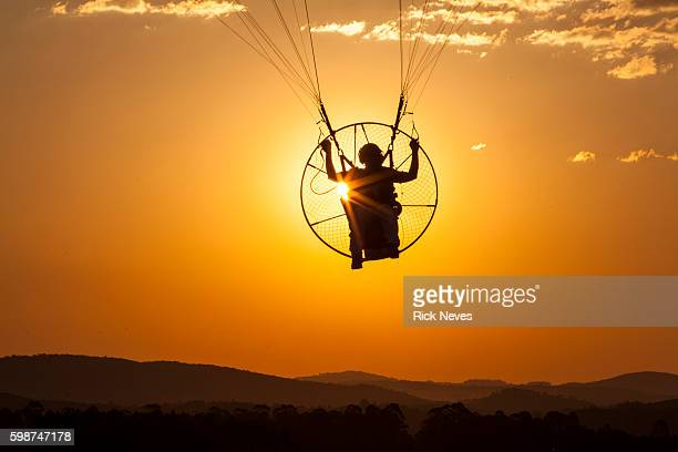 man flying with paramotor - glider - fotografias e filmes do acervo