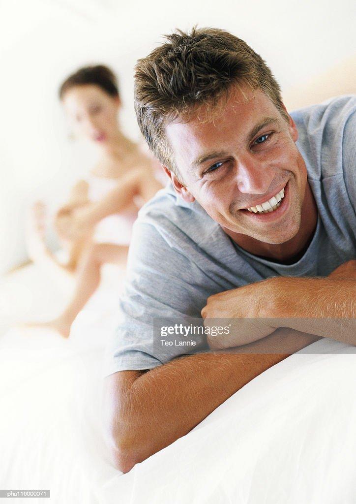 Man folding arms, smiling, portrait : Stockfoto