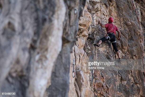 man free climbing - free climbing stock pictures, royalty-free photos & images
