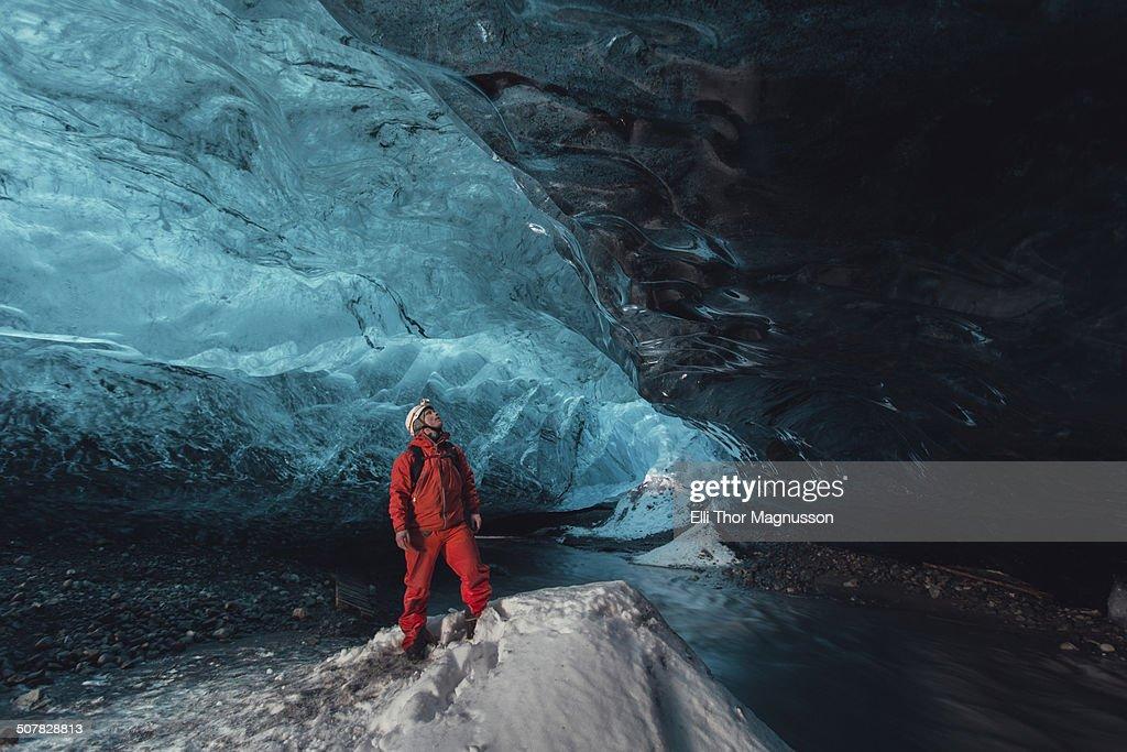 Man gazing upward in ice cave, Vatnajokull Glacier, Vatnajokull National Park, Iceland : Stock-Foto