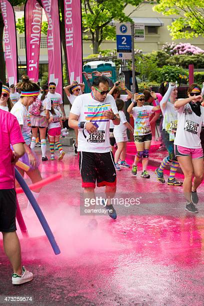 man gets coated in pink paint, the color run seattle - 5000 meter stock pictures, royalty-free photos & images