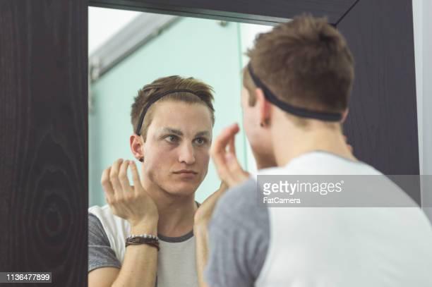 mann wird in zugkleidung im badezimmer gekleidet - crossdresser stock-fotos und bilder