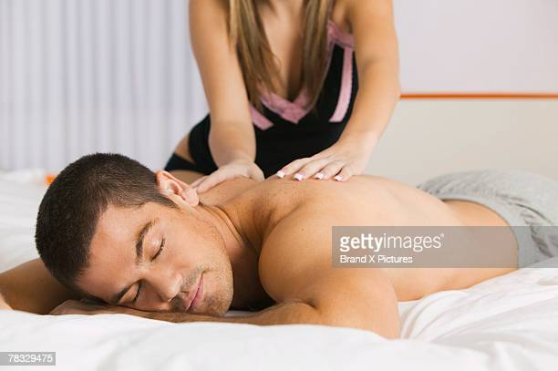man getting a back massage - massage tantrique photos et images de collection
