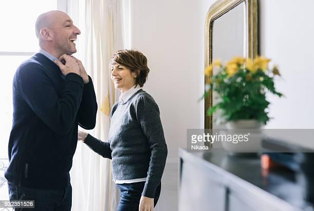 Homme avant de sortir dans un miroir