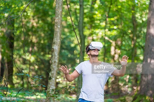 Mann erste Erfahrung mit VR-headset Gläser Virtuelle Realität