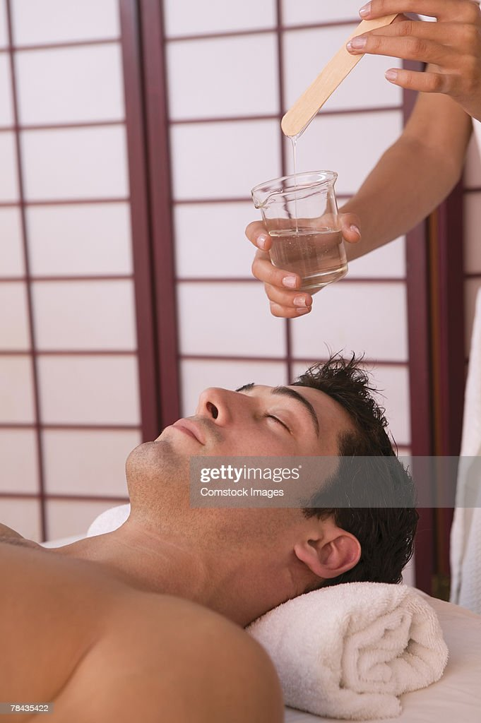 Man getting hot oil massage : Stockfoto