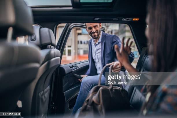 man krijgen in achterbank van een auto - betreden stockfoto's en -beelden