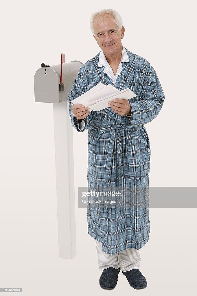 Man getting mail : Stockfoto