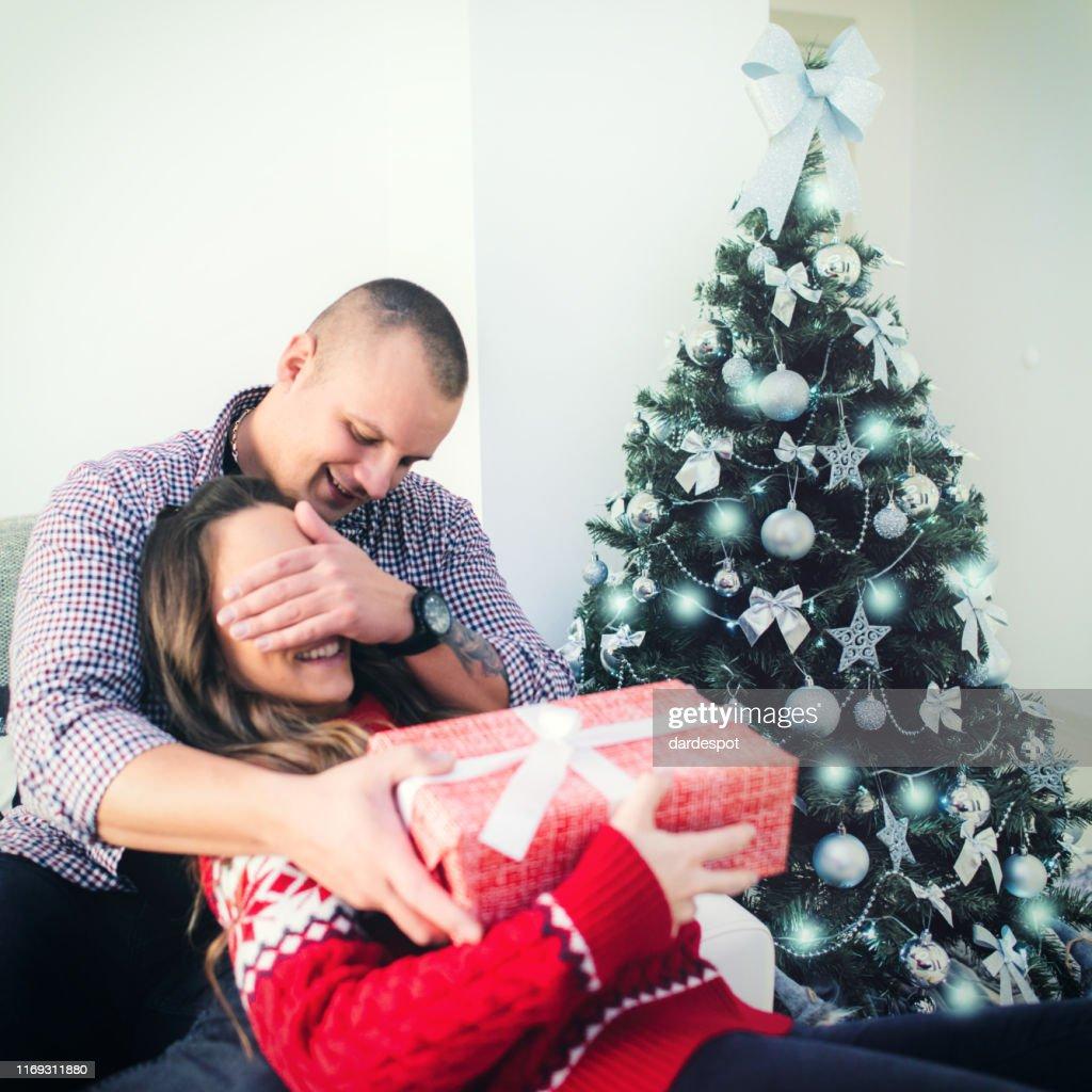 Ehemann schenkt seiner Frau ein Geschenk