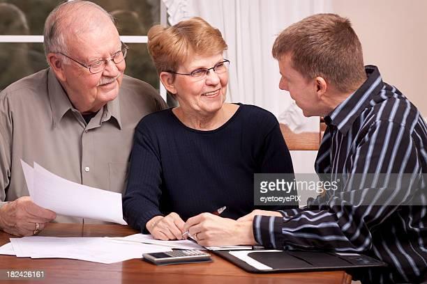 Financial Advisor mit Senioren (Serie