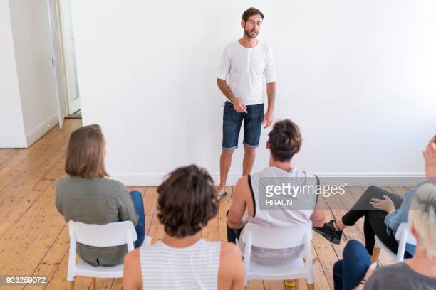 man die presentatie geeft ter ondersteuning van de groep - maatschappelijk werker stockfoto's en -beelden
