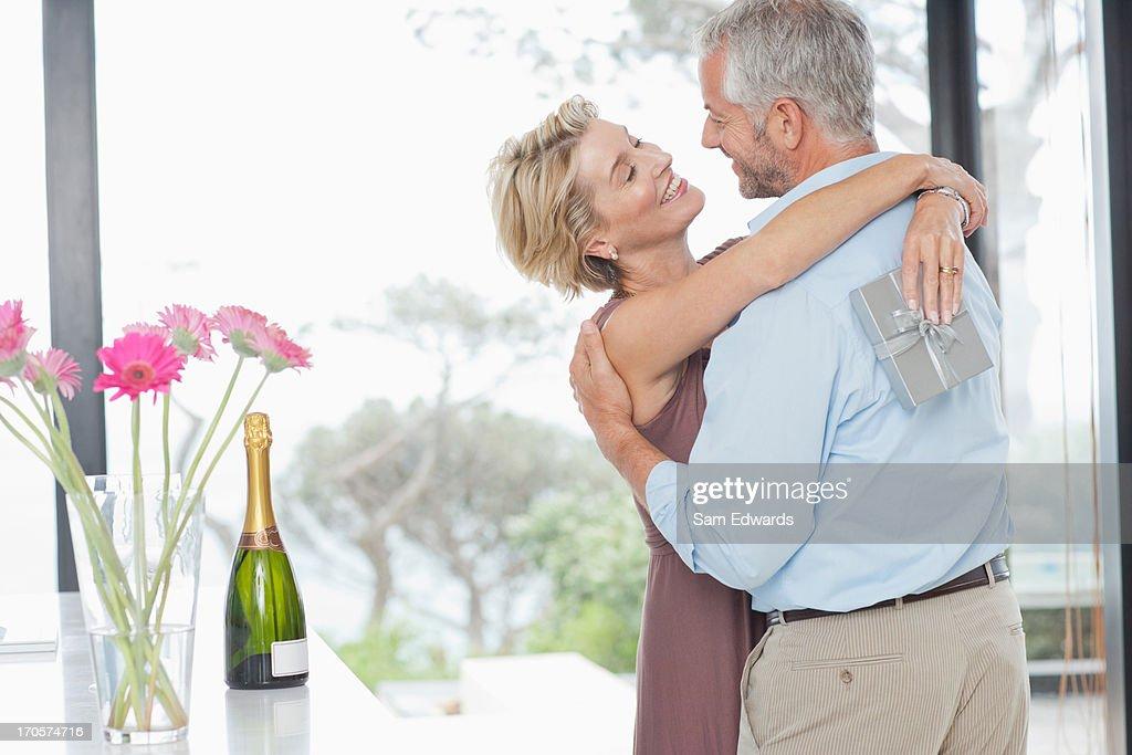 Man ギブ妻周年記念のギフト : ストックフォト